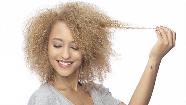 Девушка с кучерявыми волосами
