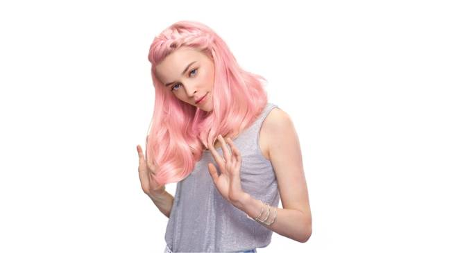 Девушка с розовыми волосами