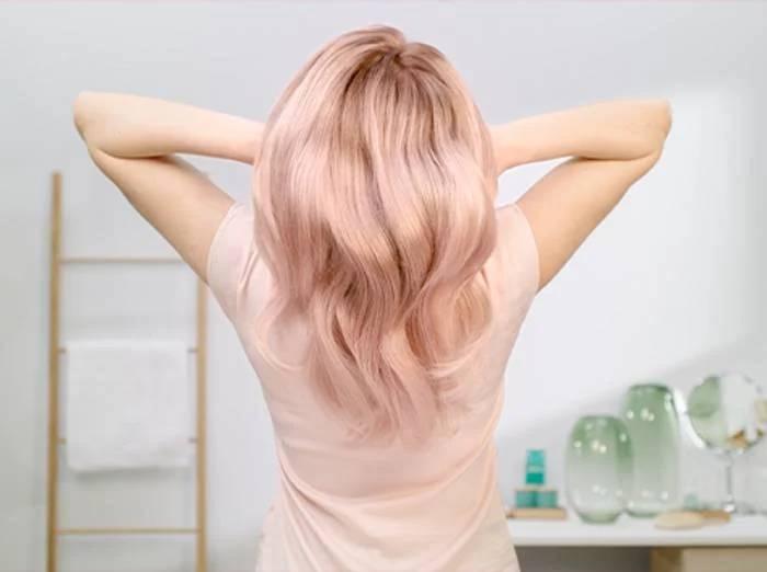 Девушка с розовым блондм