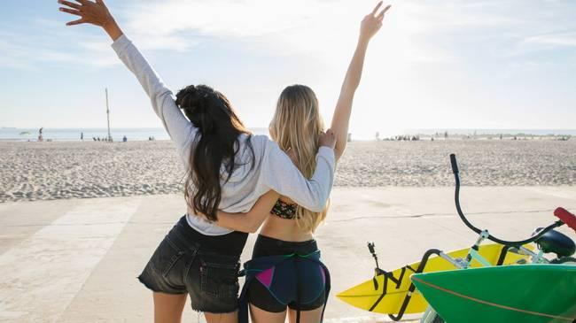 Две девушки на пляже